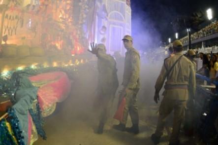 Mueren cuatro al incendiarse una carroza en carnaval de Brasil