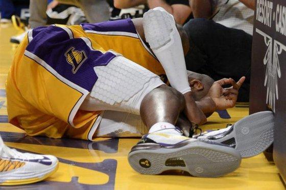 Kobe Bryant yace en el suelo tras romperse el talón de Aquiles.