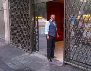 Héctor Acosta entrando al edificio de Televisa en México, este viernes. Suerte!