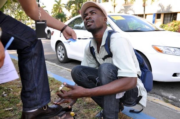 Edmond Joseph vino de Haití tras el terremoto que mató a su padre y a su novia, y dejó a su madre incapacitada. Se mantiene lustrando calzados pero estudia con la meta de superarse.