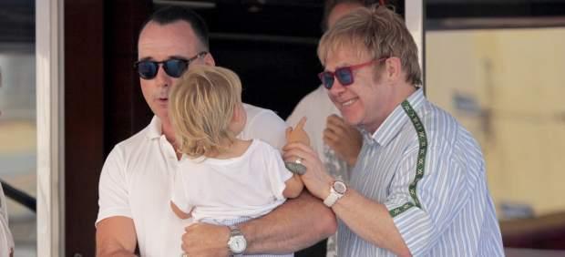 El cantante Elton John y su marido David Furnish están de enhorabuena, y es que ya tienen entre sus brazos a su segundo hijo, un bebé, que al igual que su primer retoño, ha venido al mundo a través de un vientre de alquiler.