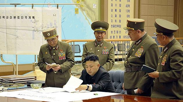 una foto del líder del país, Kim Jong-un, manteniendo una reunión con oficiales militares de alto rango.