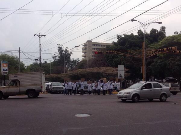 estudiantes de medicina protestando