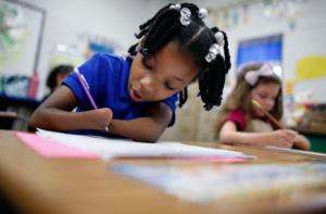 Niña de 7 años sin manos gana concurso de caligrafía