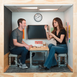"""Mark Zuckerberg en coro y viraliza foto con """"la estrella"""" más grande de Instagram"""
