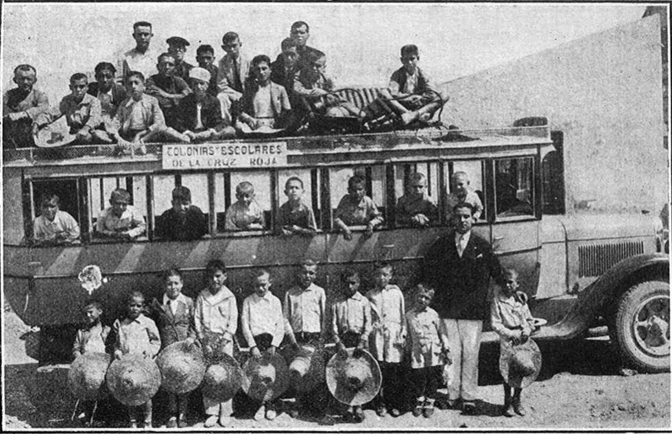 Niños de la colonia de Cruz Roja a su llegada al Cabo de Palos, en Cartagena (Murcia), en 1932.