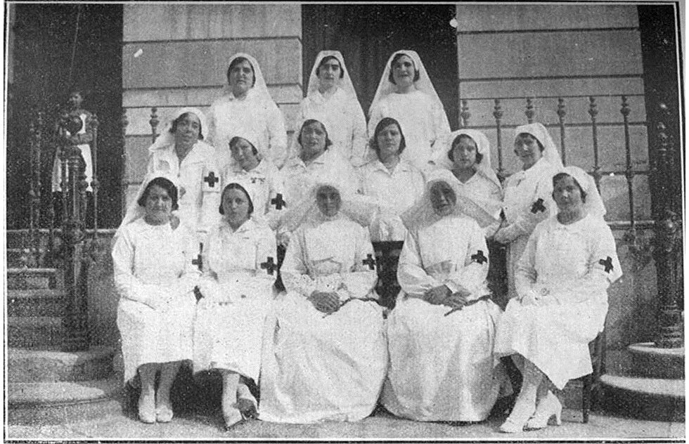 """Imagen de grupo de las """"nuevas Damas Enfermeras"""" de Cruz Roja en Cartagena (Murcia), en 1932."""