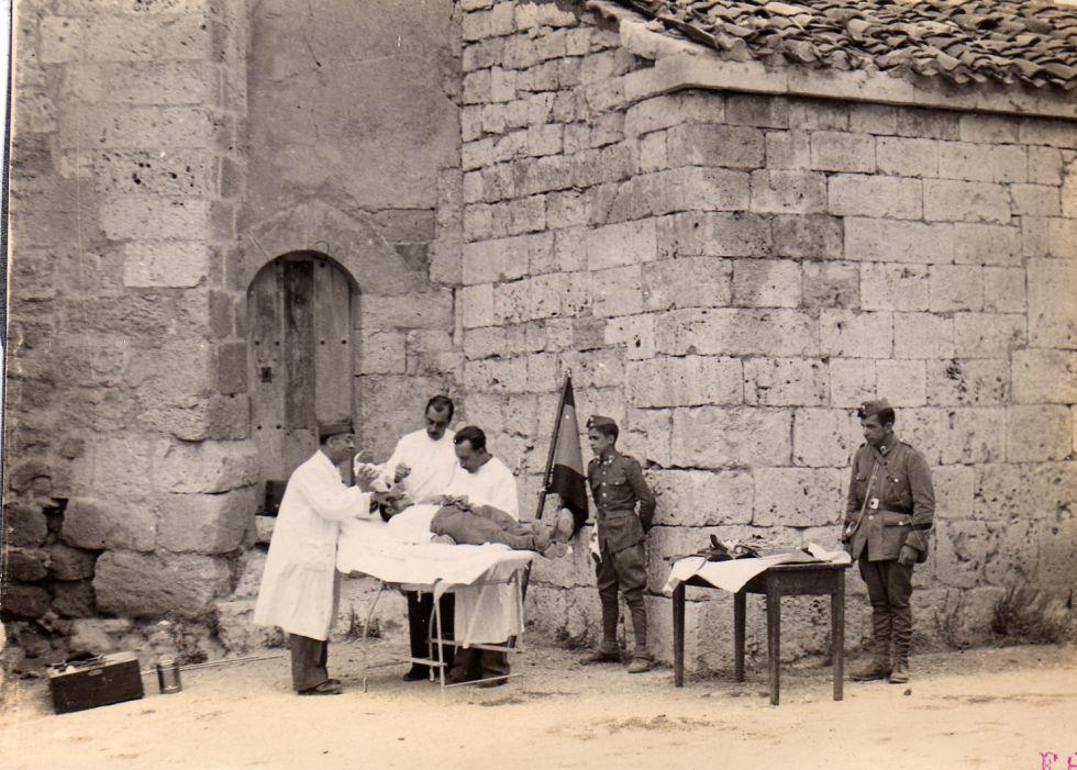 Doctores de la Cruz Roja atienden a un herido en una imagen de archivo sin datar.