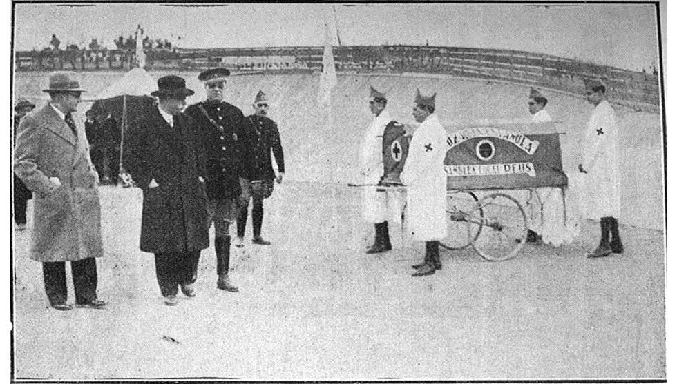 El alcalde y el presidente del Comité de Beneficiencia revisan el material rodado de Cruz Roja en Reus (Tarragona), junto al primer jefe de Ambulancia, en 1932.
