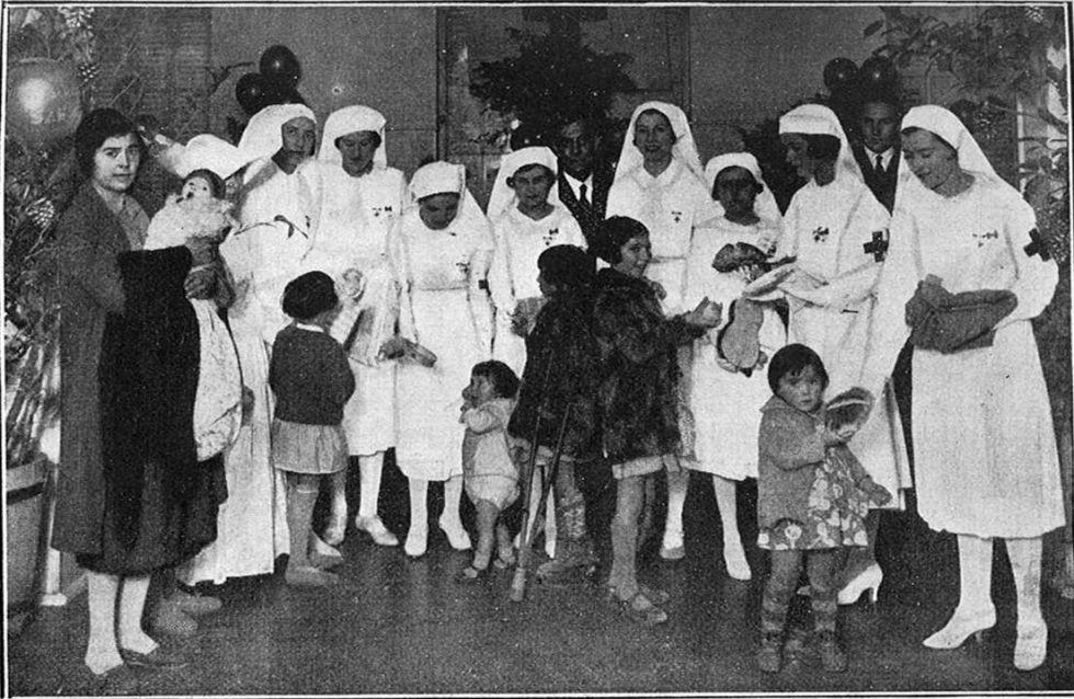 Reparto de juguetes el día de reyes de 1932 en el dispensario Central de Cruz Roja en Madrid.