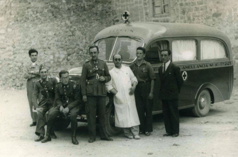 Personal de Cruz Roja en una ambulancia motorizada en una foto de archivo sin datar.