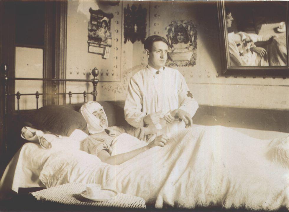 Un médico cuida de un paciente en una imagen de archivo sin datar.
