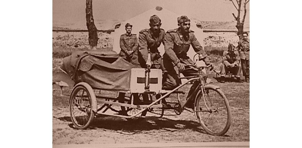 Voluntarios de la Cruz Roja transportan una camilla en bicicleta en una imagen sin datar de la organización, que el 4 de julio cumple 150 años en España.