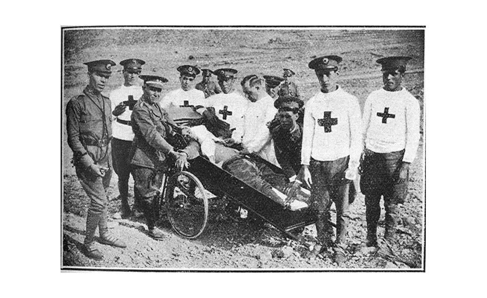 Voluntarios de la Cruz Roja hacen prácticas de vendajas en San Antonio Abad (Ibiza) en 1932.