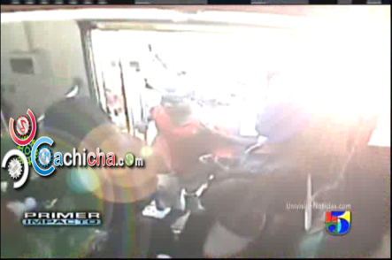 Brutal golpiza le propinan tres jóvenes a un estudiante #Vídeo