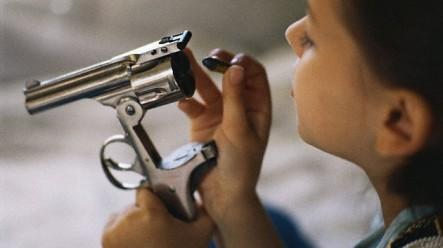 Empresas De EE.UU. Promueven Entre Los Adolescentes La Afición Por Fusiles De Asalto