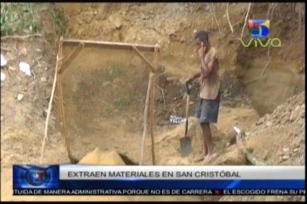 Los Hombres Hormigas Siguen Sacando Material De Construcción De La Rivera De Los Ríos En San Cristobal