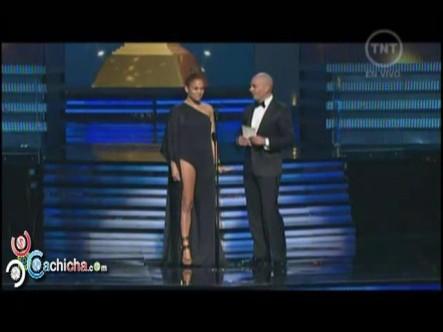 Pitbull y J-Lo Entregando Un Premio a Adele Grammys 2013