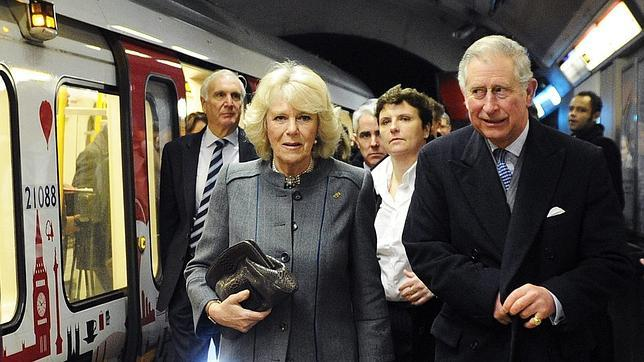 El Príncipe de Gales, Carlos de Inglaterra, y Camila, duquesa de Cornualles. visitan la estación de King Cross de Londres (Reino Unido)