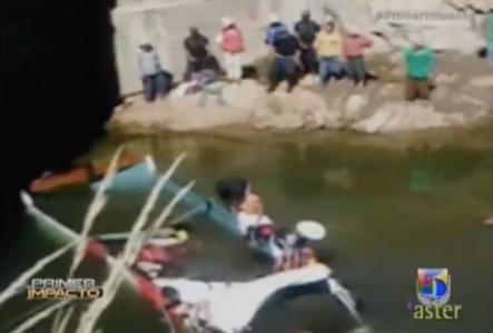 Autobús Cae A Una Laguna Y Mueren Sus Ocupantes En Perú