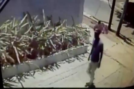 Captado En Video: Ladrón Se Mete Al Patio De Una Casa Para ¡robarse Una Sábana!