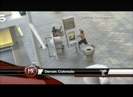 Un Sujeto Desquiciado Le Cae A Tubazos A Todo El Que Ve Por Las Calles En Colorado