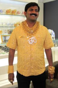 Asesinan a millonario indio famoso por usar camisa de oro