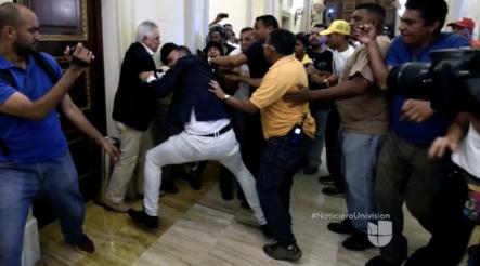 Así fue como delincuentes pagados por el régimen de Maduro entraron al congreso para golpear a los Diputados y destruir las instalaciones