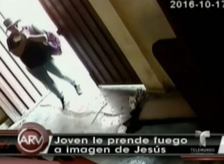 Un joven le incendia una estatua de Jesus en una iglesia
