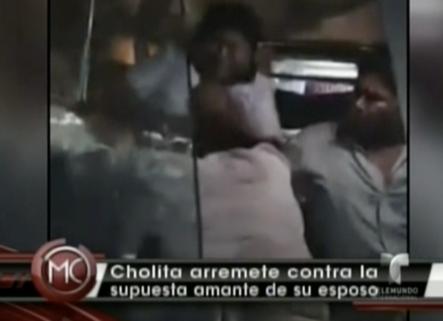 Una cholita boliviana le cae a golpes a otra por encontrarla con su marido