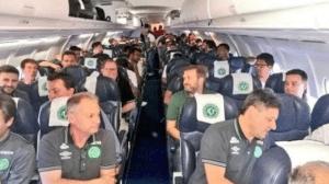 La delegación del Chapecoense dentro del avión