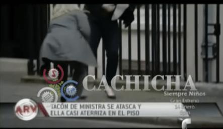 Tacón De Ministra Británica Se Atasca Y Casi Aterriza En El Piso