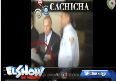 Se Calientan Las Redes Con El Video De Angel Rondon De Odebrecht Entregándole Un Regalito A Un Policía Judicial