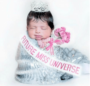 Amelia Vega comparte foto de su bebé vestida como reina de belleza