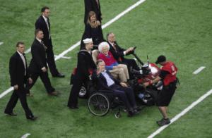 El expresidente George H. W. Bush y su esposa Barbara aparecieron en el campo del NRG Stadium, en un momento emocionante antes del comienzo del partido. Tanto el expresidente como su esposa tuvieron recientes quebrantos de salud que los llevaron a estar hospitalizados. Ahora recuperados, no quisieron perderse el magno event