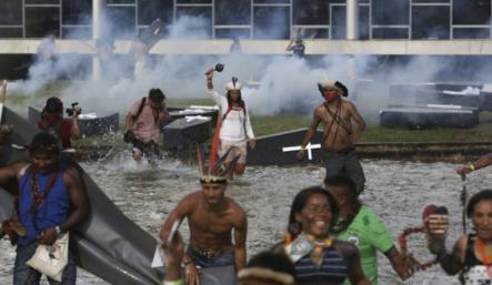 Indigenas Brasileños Realizan Una Inusual Protesta Contra El Congreso