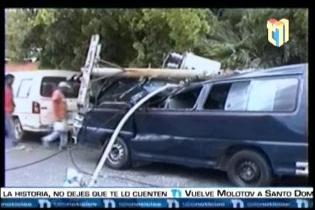 Un Camión Cargado De Refrescos Derribó Varios Postes y Causó Daños A Varios Vehículos
