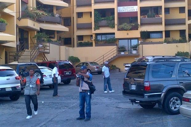Hallan degollado a un comerciante en su apartamento de Los Cerros de Gurabo