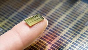 Bill Gates financia chip anticonceptivo por control remoto