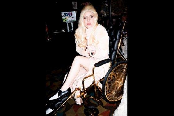 Lady Gaga se recupera en una silla de ruedas bañada en oro