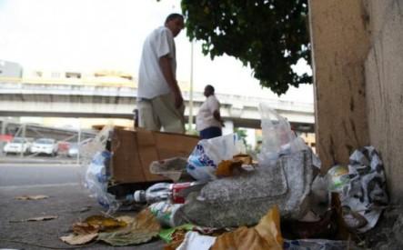 Fiscalía de Santiago prohíbe apresar a quienes botan basura en las calles