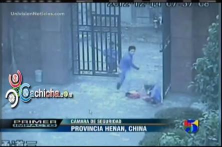 Chino Ataca a Puñalada A Una Anciana y Cientos de estudiantes En Una Escuela #Vídeo