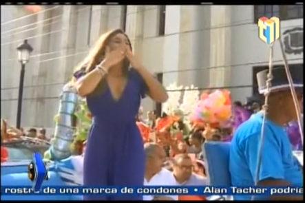Reciben a Clarissa Molina como toda una reina en Santiago, con carrozas, rueda de prensa y más.