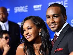 Hija de Whitney Houston se casa en secreto con hermano adoptivo