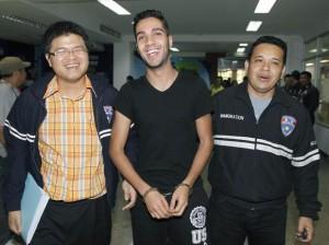 El argelino Hamza Bendelladj compareció sonriente y esposado en una rueda de prensa en Bangkok