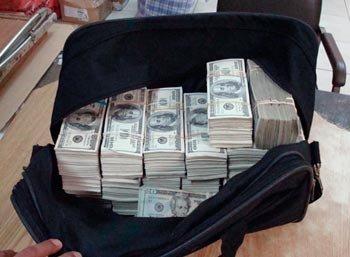 Menor de 12 años lleva al colegio 20 mil dólares en efectivo