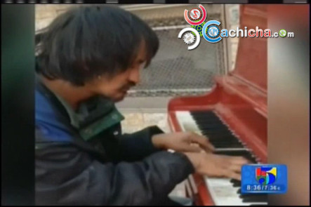 Indigente Toca Talentosamente El Piano
