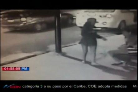 """Una Cámara De Seguridad Capta El Momento En Que Una """"dama"""" Apunta De Pistola Asalta A Otras Dos Mujeres En La Ave. Francia En Santiago"""