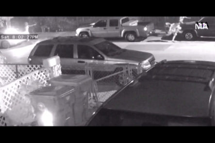 Captado en cámara momento en que una mujer en Miami asalta a tres jóvenes y le entra a tiros