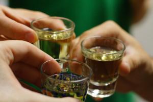 Estudio revela uno de cada diez cánceres en varones se atribuye al alcohol